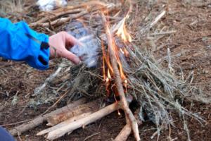 Allumage d'un feu lors d'un stage de survie